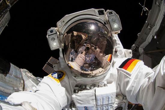 ISS-astronauts-takes-a-Nikon-D2Xs-camera-on-a-spacewalk