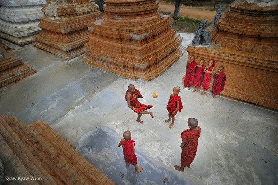 Kyaw-Kyaw-Winn_monks-playing_Bagan-Myanmar